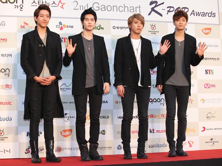 CNBLUE ジョンヒョン(左から2番目)