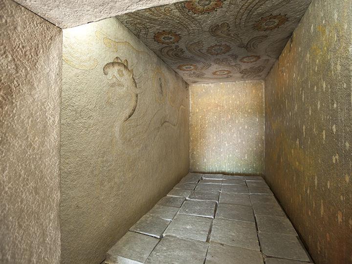 蓮の花と飛雲が描かれた天井、青龍・白虎・朱雀・玄武の四神図が描かれた壁画
