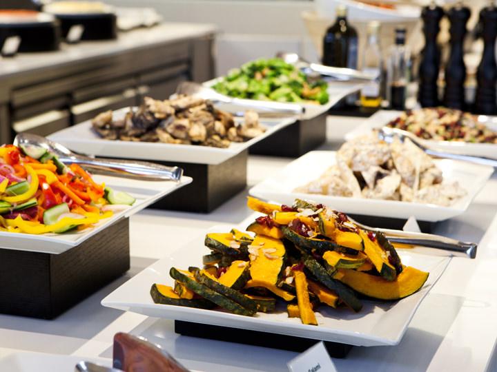 季節のサラダ、ひと手間かけた冷・温野菜が豊富