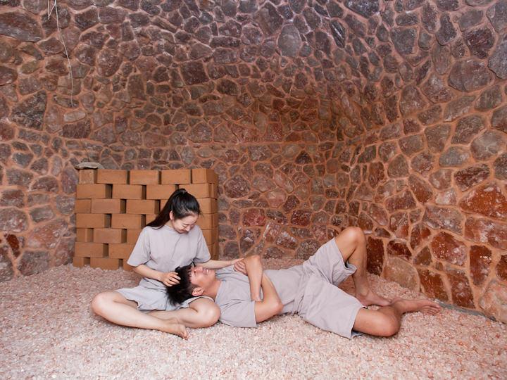 4.塩部屋床一面に塩が敷きつめられた塩部屋は約50度。ごろりと横になり、じっくりと全身を暖めることができます。