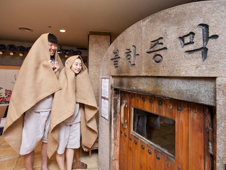 2.汗蒸幕約100度と高温の汗蒸幕へは、頭から麻布をすっぽりとかぶって入ります。※午前3時30分~9時は火を炊くため利用できません。※汗蒸幕の温度が下がる午後7時頃からは、麻布をかぶらず入りましょう。