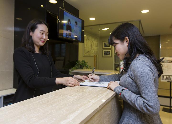 1.受付2階受付カウンターで予約を確認、問診表を記入します。