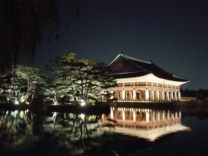 春学期に「景福宮(キョンボックン)」がライトアップされる夜間開放を見に行ってきました。夜は昼間とはまた違った雰囲気で、とても綺麗。「景福宮」の周りの街並みもおしゃれで素敵でした。
