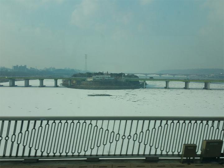 昨年12月末に-18度という、今まで体験した事のない寒さになった韓国。寒すぎたせいか雪があまり降りませんでしたが、ソウルにある漢江(ハンガン)全体が凍っていました。他にも街に流れている小さな川も凍っていたりと、改めて韓国の冬の厳しさを実感しました。