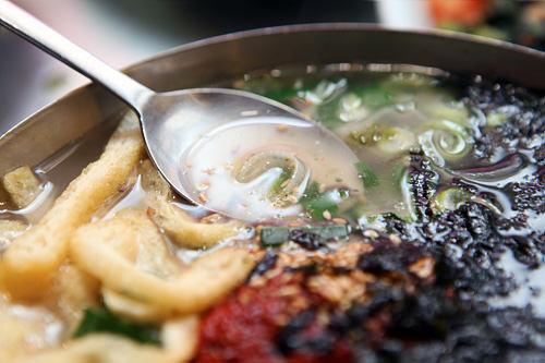 スプーンを持つ手を動かす魔法の透明スープ。何杯でも飲めそうです。