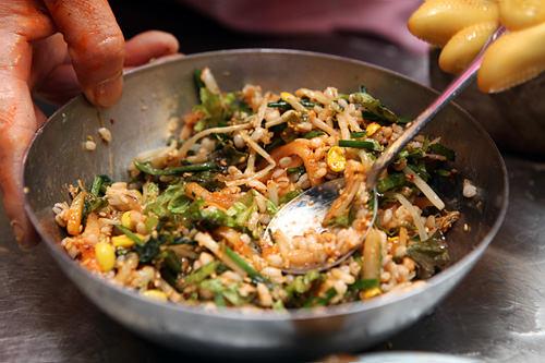 野菜たっぷりのポリパッはコチュジャン(唐辛子味噌)とよく混ぜていただきます。外国人の場合、アジュンマが混ぜてくれることも!