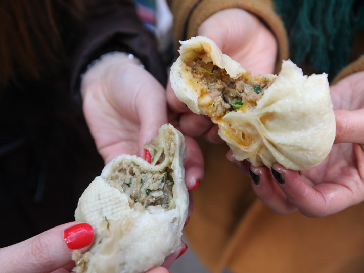 味は辛口と普通の2種類。食べると、ジューシーな熱々の肉汁が口の中に広がります。