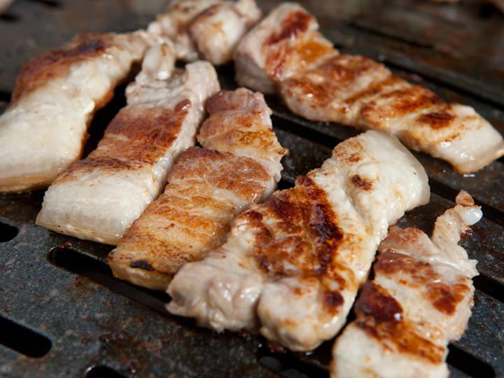 三枚肉は薄く皮が残っているので、ジューシーな肉とモチモチとした皮の食感の対比を堪能できます。