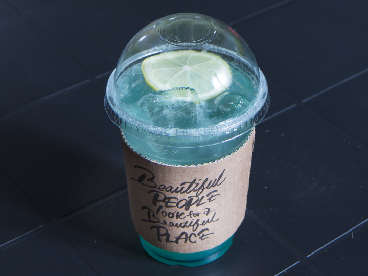 ブルーレモネード  5,500ウォン生のレモンを使用したレモネードはブルーキュラソーで涼しげに