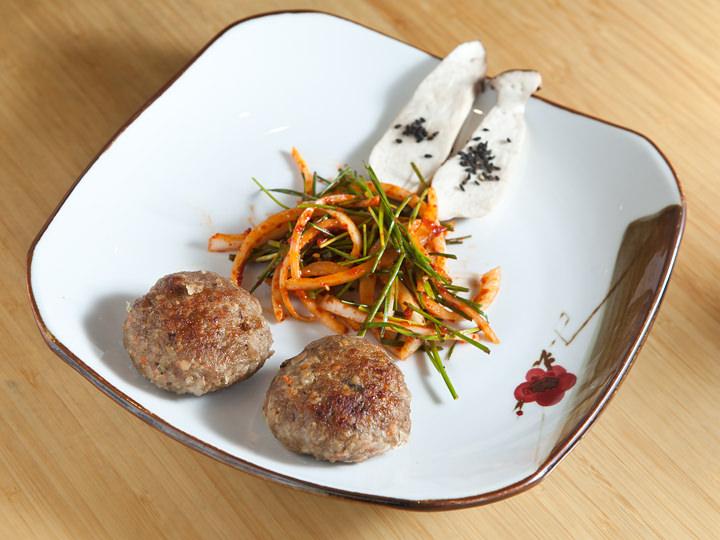 刻み野菜が入り、ニンニクの香りも芳ばしいトッカルビ