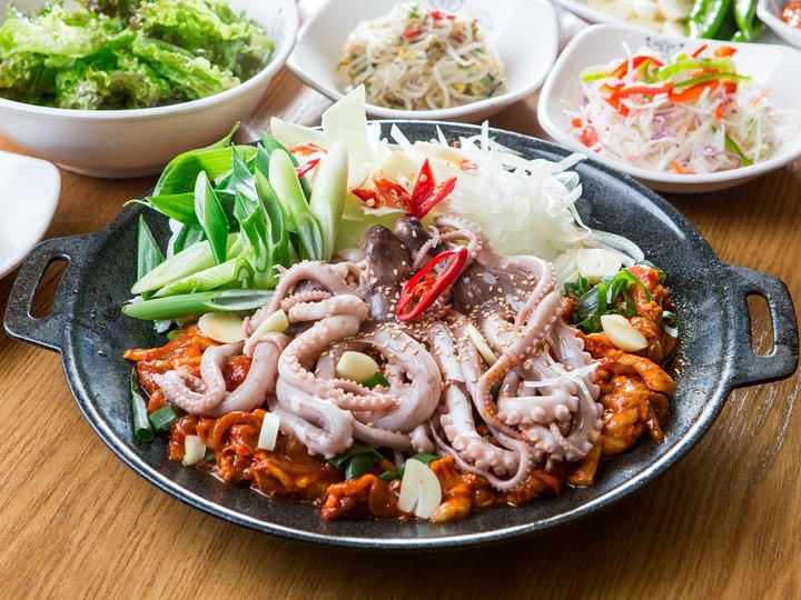 豚プルコギとテナガダコ炒め定食 1人分 15,000ウォン