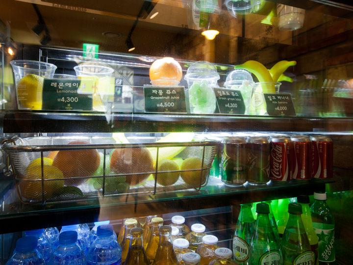 注文を受けてから作るフルーツジュースも人気