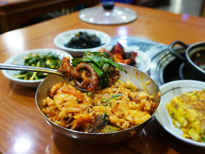 ご飯と混ぜるとボリュームたっぷり。おかずに辛くない卵焼きやポテトサラダが付くので箸休めになります。
