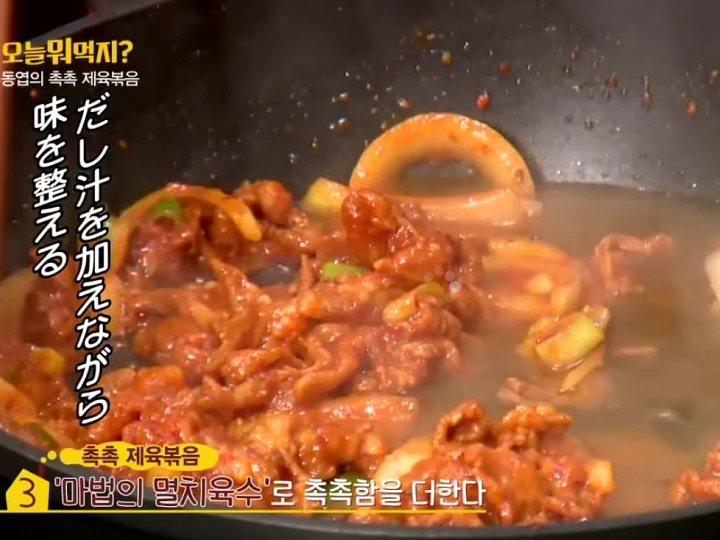 5.フライパンにサラダ油を引き、Aとだし汁を入れて煮立たせる。※お好みでごま油を垂らすと風味がアップ!