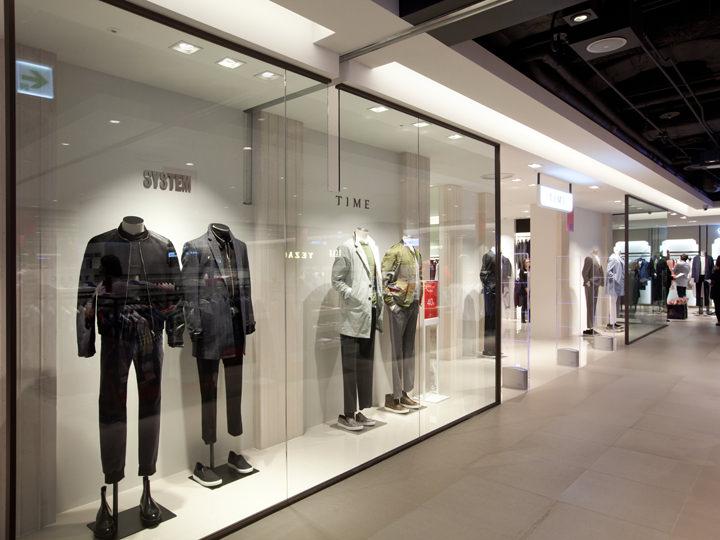 カジュアルからスーツまで多様に揃う男性ファッションブランドが並びます。(6階)