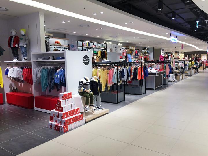 ベビーグッズや子ども服などを取り扱う店が並んでいます。(8階)