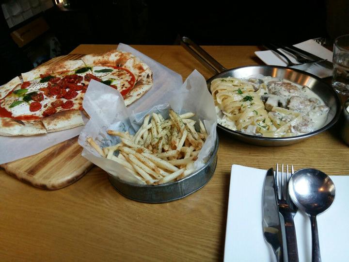 カロスキルにある有名人も通うイタリアンレストラン「Table Star(テーブルスター)」♪チキンのクリームパスタとマルゲリータを注文したら、ピクルスとポテトがサービスで出てきました!パスタもピザもとっても美味しかったです。店内の雰囲気も素敵で、女性同士やカップルで来ているお客さんが多く見られました。