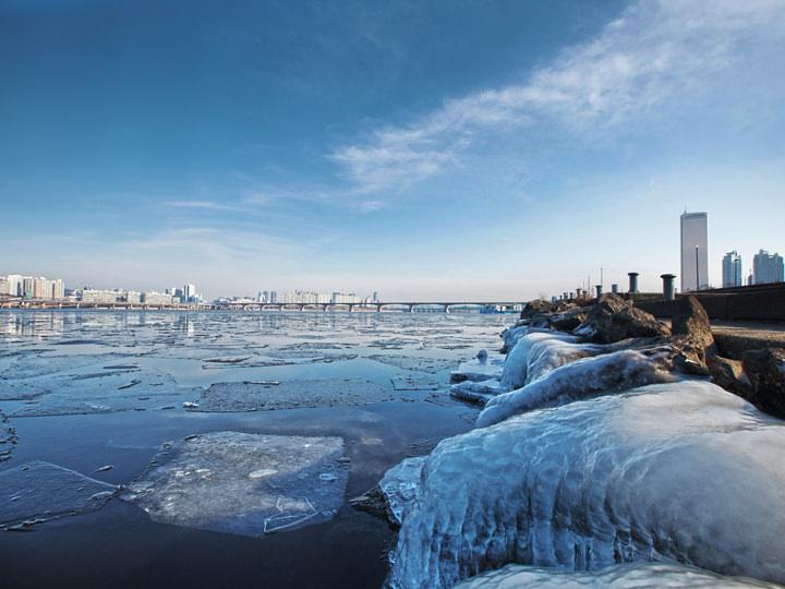 厳しい寒さに凍る漢江(ハンガン)