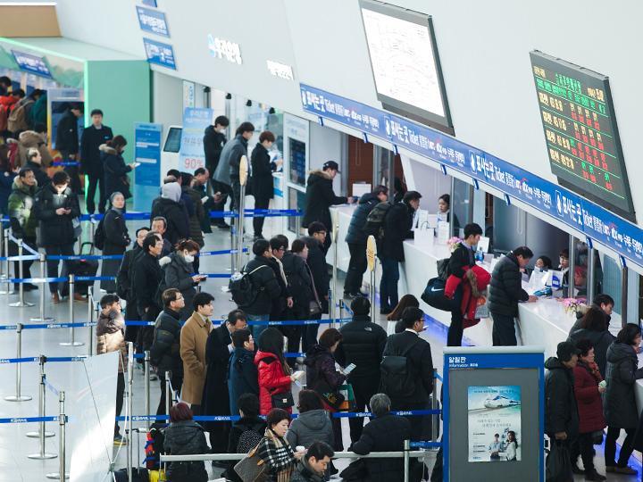 帰郷する多くの人で溢れるソウル駅