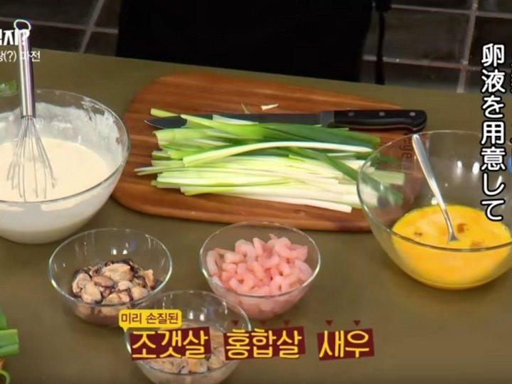 2.卵はよく溶き解しておく。チヂミ粉に水を加えて塩コショウで味付けし、生地を用意する。