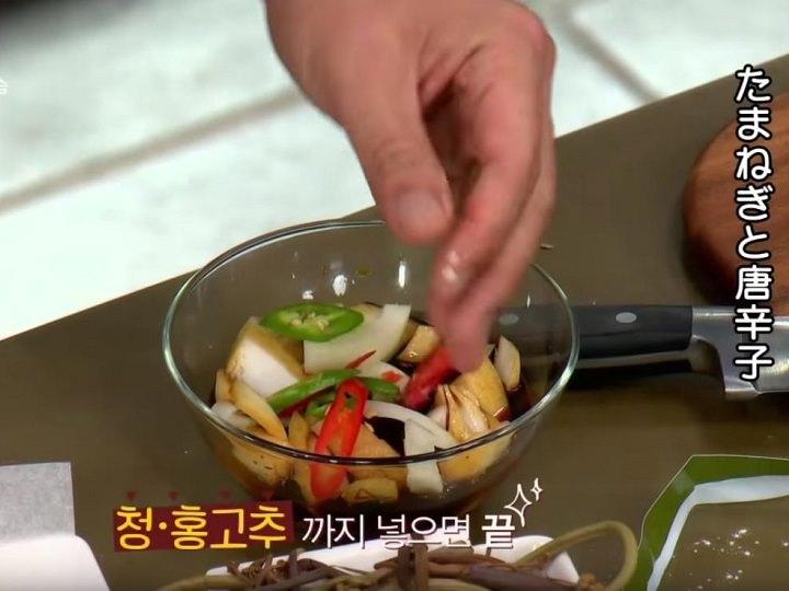 5.しょう油と酢を入れたボールにざく切りしたタマネギと斜め切りにした唐辛子を加えてタレを作る。