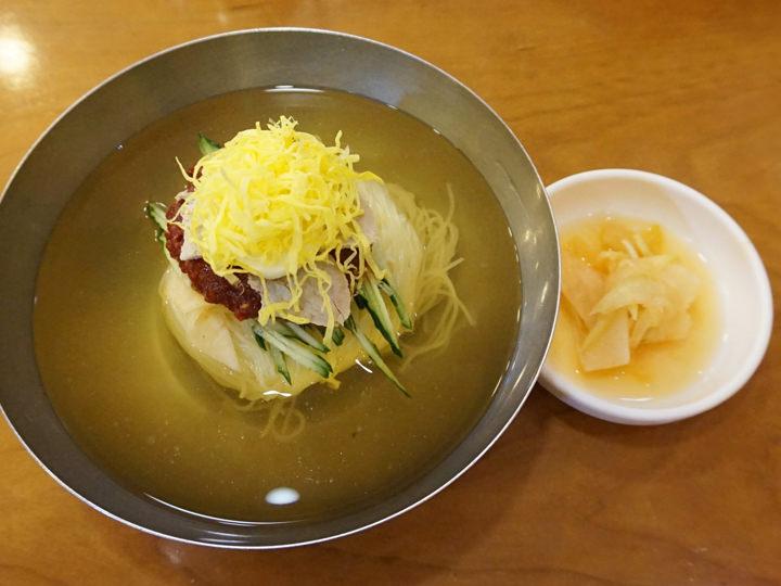 ハサミで麺を2回ほど切り、食べる前によくかき混ぜるのがポイント。大盛を注文すると麺が2玉入ってきます。