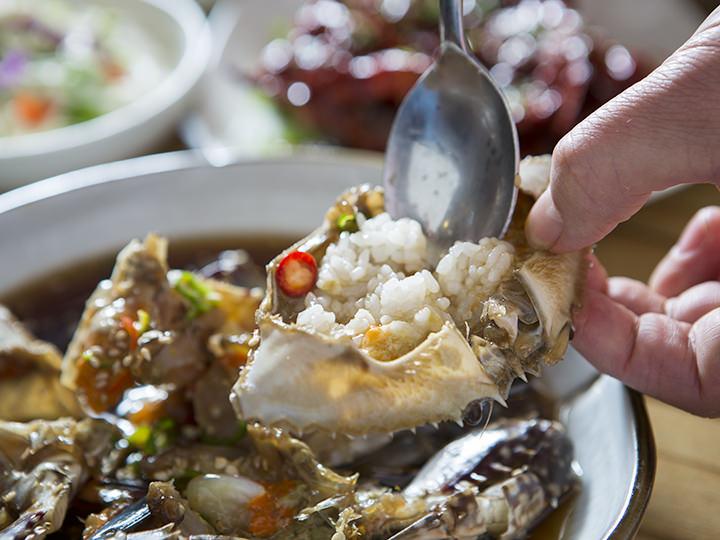 カニ味噌とご飯をまぜて食べるのがオススメ
