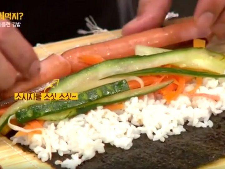 3.巻きすの上に海苔を敷いてご飯を均等に延ばし、用意しておいた具を入れて巻いていく※この時、海苔はざらざらとした面を上にする