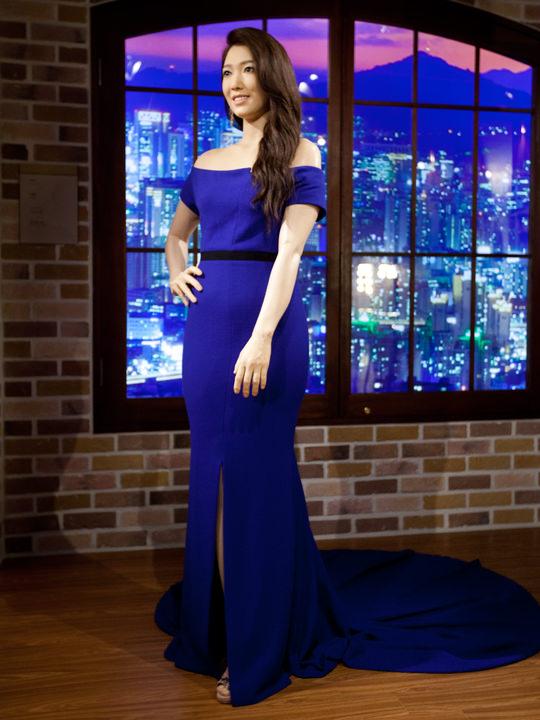 青いドレスが目を引くパク・シネ