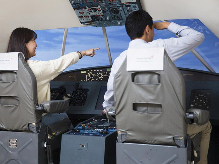 コックピットに座って飛行機を操縦(提供元:グレヴァン蝋人形の体験博物館)