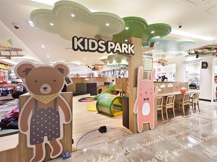 1館3階 キッズ用品フロア プレイスペース 子連れママやファミリーには大助かりの空間です。すべり台などの遊具もあります。