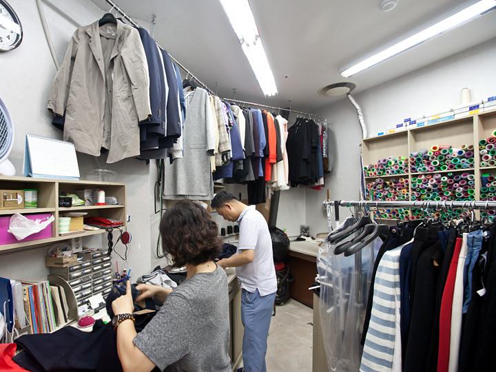 1館・2館 修繕室洋服のお直しやリフォームをしてくれる修繕室が所々にあり、買い物を楽しんでいる間に購入商品の丈つめなどをお願いでき便利です。