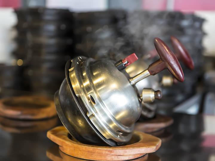 釜飯は専用の機器を使って調理。鍋を斜めにするという独特の方法で蒸し上げます