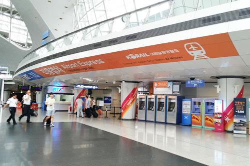 仁川国際空港から駅に向かって右側のオレンジの入口が直通左側のブルーの入口が一般(各駅)
