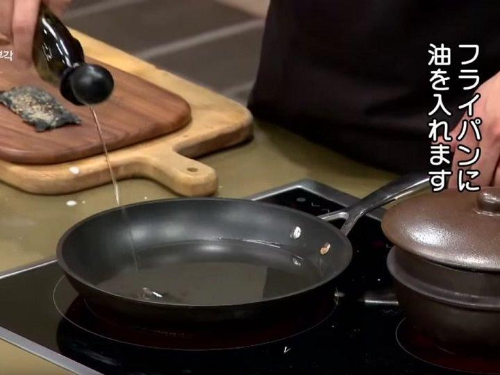 4.フライパンに海苔が浸るくらいのサラダ油を入れ、熱しておく