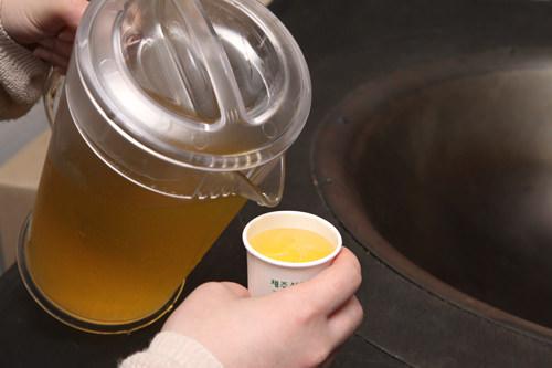 お茶を試飲できるコーナーも(取材時はWATER+)