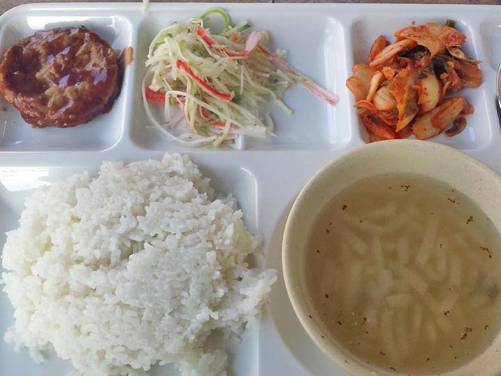 ソウル大学学生会館の夕食・1,000ウォンメニュー。これでも十分お腹いっぱいになるので、節約のため週に1度は利用しています。