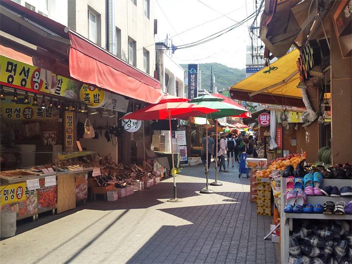 近くにある仁憲(イノン)市場。食材も生活用品も何でも揃うので、よく利用しています。特に果物や野菜を安くで購入できます。