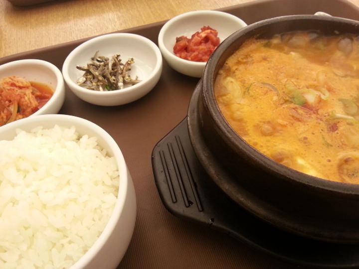 とにかく食べることが好きです。今住んでいるコシウォンには食事が含まれていないので、普段は学生食堂や学校近くの食堂に行ったりしています。学校付近の食堂は1食5,000~6,000ウォンと、比較的安い価格で食べられます。ご飯を無料でおかわりできる食堂も多いので嬉しいですね。