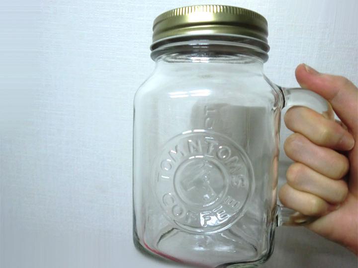 マグカップ韓国のカフェチェーン「TOM N TOMS(トムアンドトムズ)」で販売しているびん状のマグカップなのですが、以前レモネードを注文した際にサービスで付いてきました。使い心地が良く、普段はこれで水を飲んでいます。