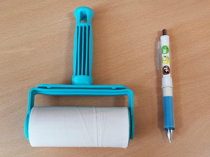 コロコロクリーナー韓国の「ダイソー」で購入しました。写真右にあるペンを見ていただくと分かる通り少しというかかなり可愛らしいサイズですが、簡単なお掃除に大活躍です。