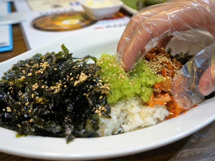 おにぎり(チュモッパッ) 3,000ウォン のり、トビッコ、キムチなどを自分で混ぜて一口サイズのおにぎりにして食べます。