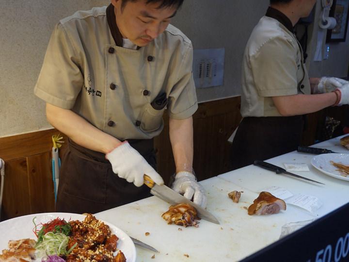 オープンキッチンスタイルになっており、包丁さばきを見ることができます。