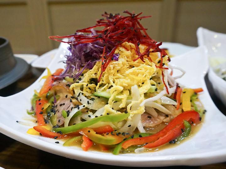 釜山名物の1つ冷菜豚足(ネンチェチョッパル)。マスタードの効いたソースでさっぱりとした味わい。