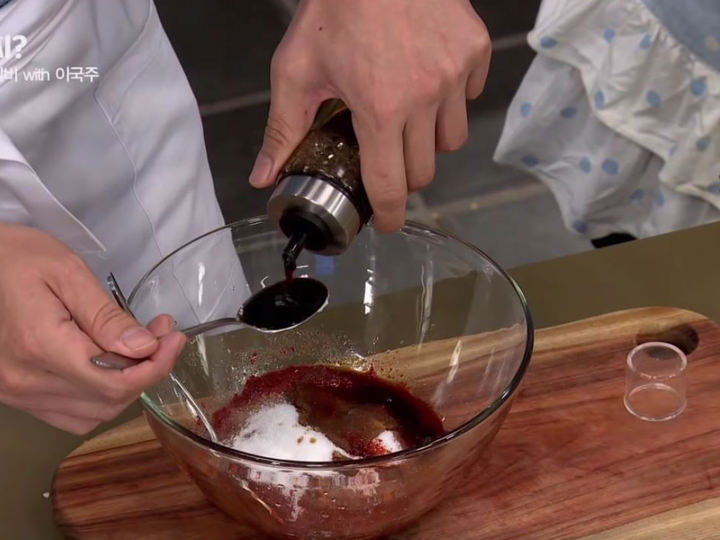 4.ボールにタマネギと残りのタレの材料を入れ、よく混ぜる