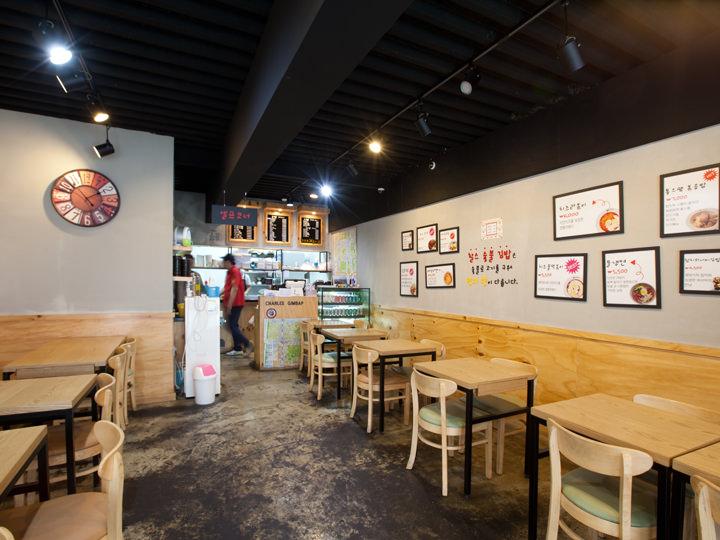 木目の壁やテーブルが明るく、清潔感を感じさせる