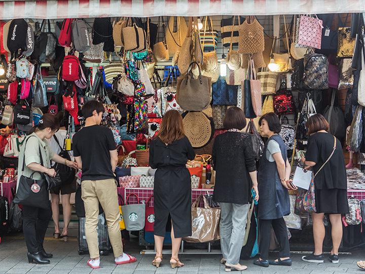 a26d4569398 活気あふれるソウルの巨大市場・南大門市場(ナンデムンシジャン)。食品から生活用品、雑貨まで、買いたいものは何でも揃うと人気のショッピングスポットです。